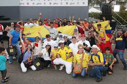 Le vainqueur Juan Pablo Montoya, Team Penske Chevrolet avec des fans