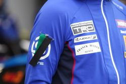 Team LeMans member wears a symbol in memory of Kenji Yamada, Team LeMans chief engineer