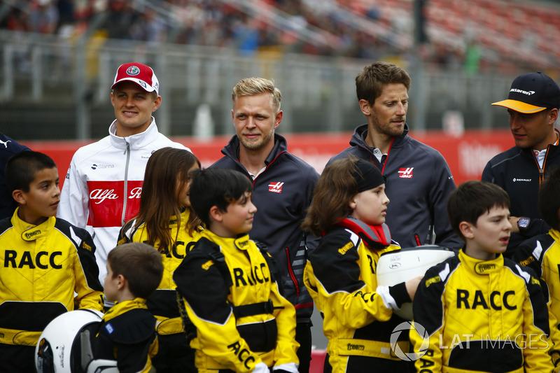 Giovani karteristi sostenuti dalla RACC, il più grande auto club spagnolo, posano con Marcus Ericsson, Sauber, Kevin Magnussen, Haas F1 Team, Romain Grosjean, Haas F1 Team, e Stoffel Vandoorne, McLaren