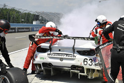 #63 Scuderia Corsa Ferrari 488 GT3, GTD: Cooper MacNeil, Gunnar Jeannette, Jeff Segal, pit stop e incendio in pit lane