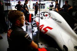 Kevin Magnussen, Haas F1 Team dans le garage de l'équipe