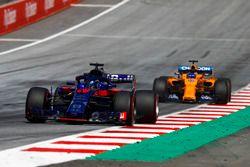 Nico Hulkenberg, Renault Sport F1 Team R.S. 18, Fernando Alonso, McLaren MCL33