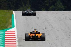 Valtteri Bottas, Mercedes AMG F1 W09, za nim Fernando Alonso, McLaren MCL33