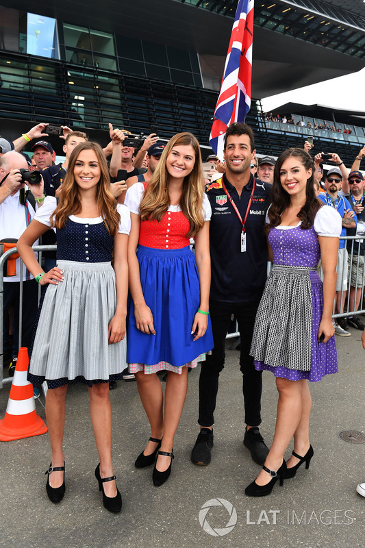 Daniel Ricciardo, Red Bull Racing con delle grid girl
