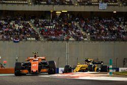 Стоффель Вандорн, McLaren MCL32, и Карлос Сайнс-мл., Renault Sport F1 Team RS17