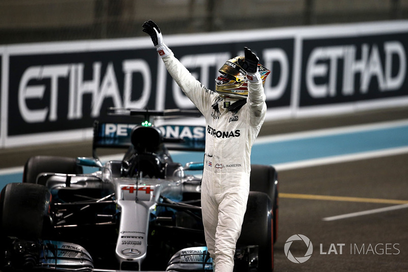 Хэмилтон финишировал во всех 20 Гран При сезона-2017, набрав очки в каждом из них. Только одному обладателю титула до сих пор удавалось заканчивать все гонки чемпионского сезона в очках: Михаэлю Шумахеру в 2002 году (17 Гран При)