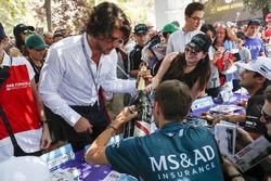 Tom Blomqvist, Andretti Formula E Team autografa la bottiglia di Champagne Mumm del vincitore