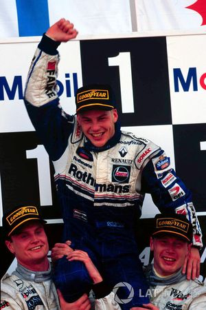 Jacques Villeneuve, Williams wordt gedragen door Mika Hakkinnen, McLaren en David Coulthard, McLaren