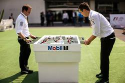 Degli ingegneri Mercedes AMG F1 giocano a calcetto
