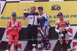 Podium: winnaar Mick Doohan, tweede Carlos Checa, derde Alex Criville