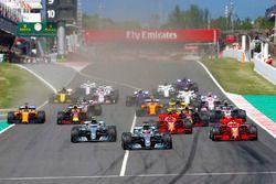 Départ : Lewis Hamilton, Mercedes AMG F1 mène la course