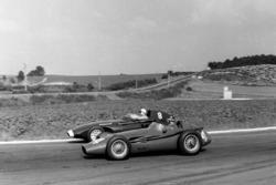 Хуан Мануэль Фанхио, Maserati 250F, и Стирлинг Мосс, Vanwall VW 5