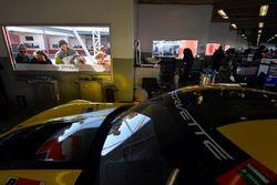 Aficionados ven el garaje de Corvette Racing