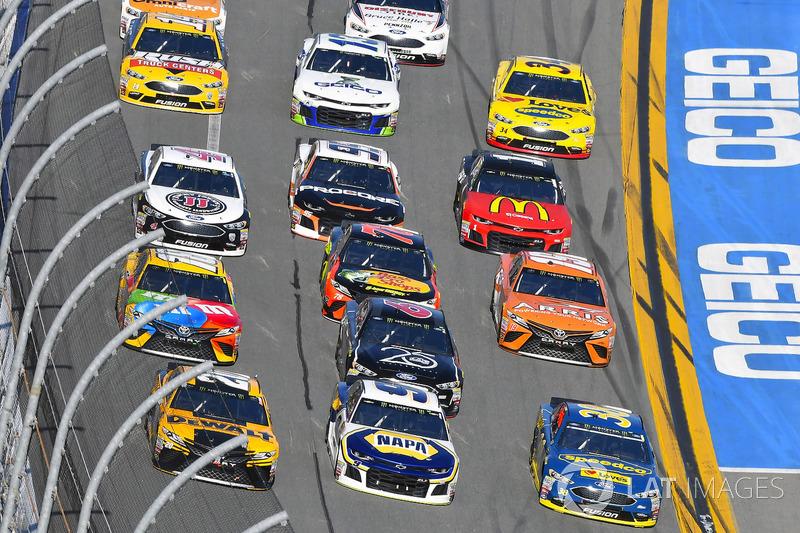 Erik Jones, Joe Gibbs Racing Toyota, Chase Elliott, Hendrick Motorsports Chevrolet Camaro en David Ragan, Front Row Motorsports Ford Fusion