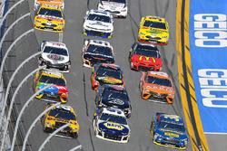 Erik Jones, Joe Gibbs Racing Toyota, Chase Elliott, Hendrick Motorsports Chevrolet Camaro en David R