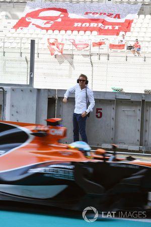Fernando Alonso, McLaren MCL32 pasa al lado de Nico Rosberg, Embajador de Mercedes-Benz