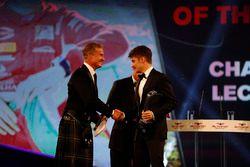 Charles Leclerc reçoit le trophée de Rookie de l'année des mains de Chase Carey, et est félicité par David Coulthard