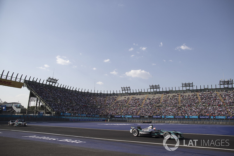 Nelson Piquet Jr., Jaguar Racing, leadsMitch Evans, Jaguar Racing
