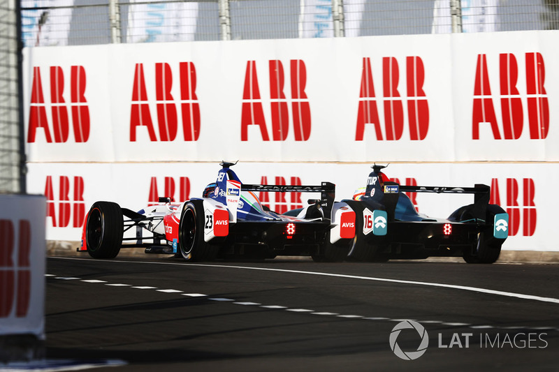 Nick Heidfeld, Mahindra Racing, battles wit Oliver Turvey, NIO Formula E Team