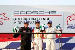 فريق البحرين على منصة تتويج السباق الافتتاحي لجولة دبي، بورشه جي تي 3 الشرق الأوسط