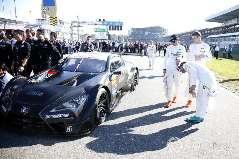 Pembalap DTM mengamati Lexus LC 500