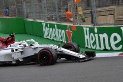 Marcus Ericsson, Sauber C37 con la monoposto danneggiata, nel primo giro