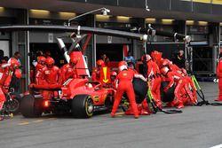 Sebastian Vettel, Ferrari SF71H, s'arrête au stand