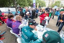 Antonio Felix da Costa, Andretti Formula E Team,Sam Bird, DS Virgin Racing, Alex Lynn, DS Virgin Racing, imza dağıtıyor