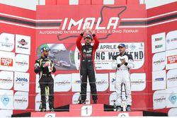 Podio DSG Gara 1: al secondo posto Francesco Savoia, GretaRacing MS, al primo posto Giovanni Altoè, Pit Lane Competizioni, al terzo posto Massimiliano Gagliano