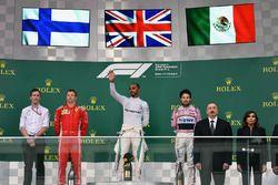 Kimi Raikkonen, Ferrari, Lewis Hamilton, Mercedes-AMG F1 et Sergio Perez, Force India, sur le podium