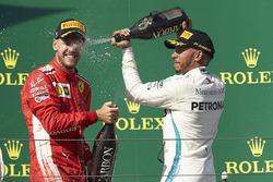 Podio: il vincitore della gara Lewis Hamilton, Mercedes AMG F1, il secondo classificato Sebastian Vettel, Ferrari