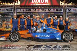 Scott Dixon, Chip Ganassi Racing Honda celebra en victory lane con el equipo