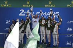 LMGTE Pro podio: ganadores Michael Christensen, Kevin Estre, Laurens Vanthoor, Porsche GT Team, segundo lugar Richard Lietz, Gianmaria Bruni, Frédéric Makowiecki, equipo Porsche GT, tercer puesto Joey Hand, Dirk Müller, Sébastien Bourdais, Ford Chip Ganassi Racing