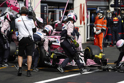 The Force India team retire the car of Sergio Perez, Force India VJM11