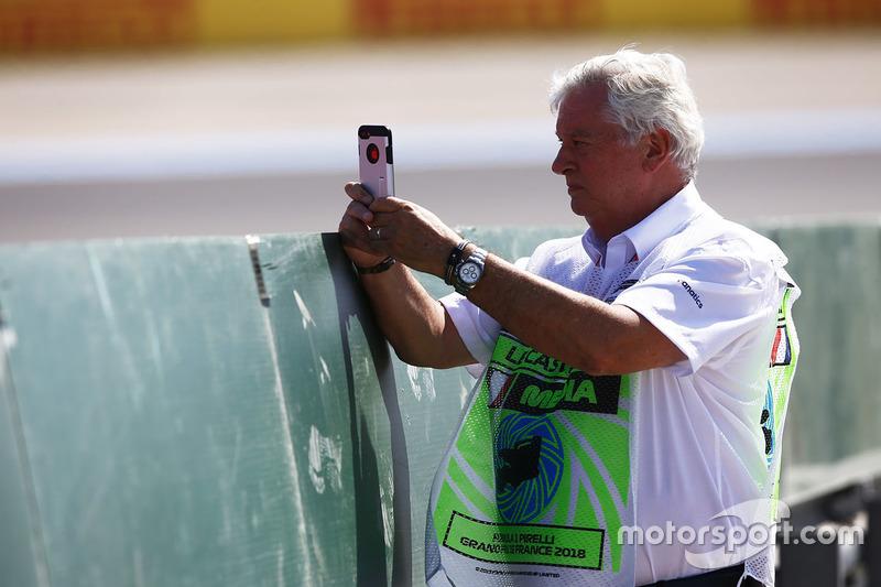 Pat Symonds toma una foto en su teléfono