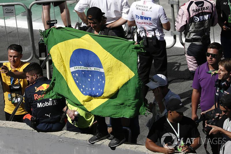 Fan con la bandera brasileña en las celebraciones del podio