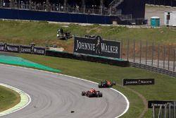 Kevin Magnussen, Haas F1 Team VF-17, Daniel Ricciardo, Red Bull Racing RB13 et Stoffel Vandoorne, McLaren MCL32 se percutent au départ