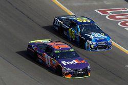 Denny Hamlin, Joe Gibbs Racing Toyota, Michael McDowell, Leavine Family Racing Chevrolet
