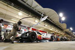 #1 Porsche Team Porsche 919 Hybrid: Neel Jani, Andre Lotterer, Nick Tandy in the pits