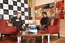 Mika Hakkinen con los medios