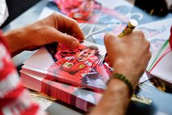 Sebastian Vettel, Ferrari, lors d'une séance d'autographes