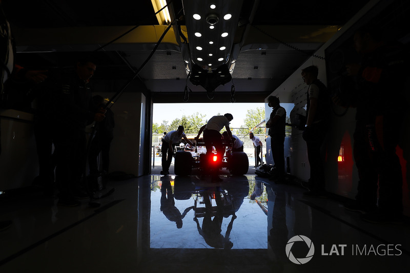 Los ingenieros de McLaren devuelven un automóvil al garaje