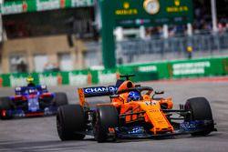 Fernando Alonso, McLaren MCL33, Pierre Gasly, Toro Rosso STR13
