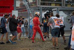 Sebastian Vettel, Ferrari SF71H, camina a los pits después del accidente.
