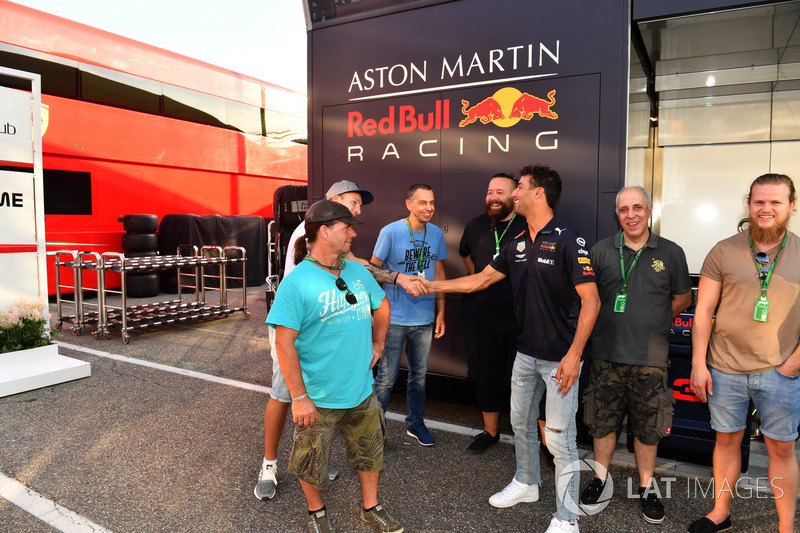 Daniel Ricciardo, Red Bull Racing con el staff de JMD Design