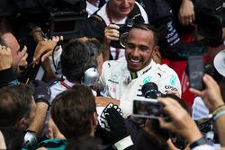 Le vainqueur Lewis Hamilton, Mercedes AMG F1, avec son équipe dans le parc fermé