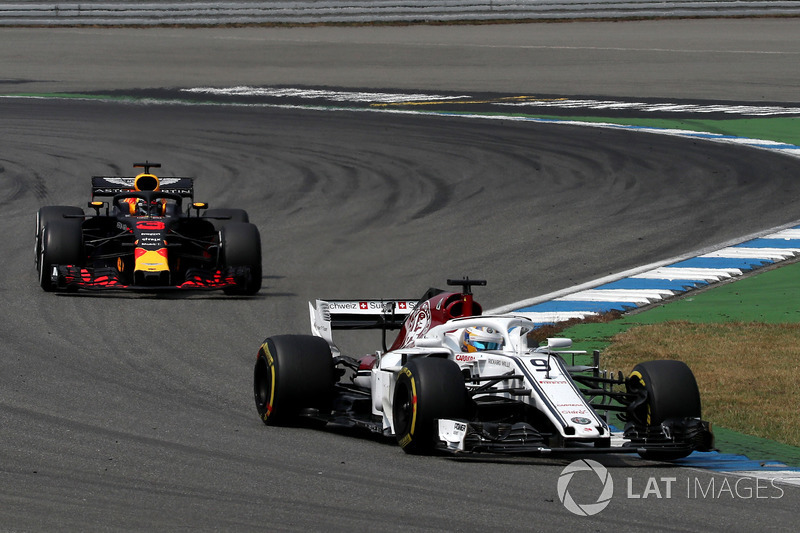 Marcus Ericsson, Sauber C37 and Daniel Ricciardo, Red Bull Racing RB14