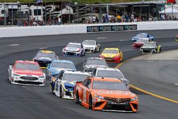 Daniel Suarez, Joe Gibbs Racing, Toyota Camry ARRIS e Chase Elliott, Hendrick Motorsports, Chevrolet Camaro NAPA Auto Parts