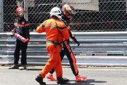 Max Verstappen, Red Bull Racing se marcha con un oficiall después de estrellarse