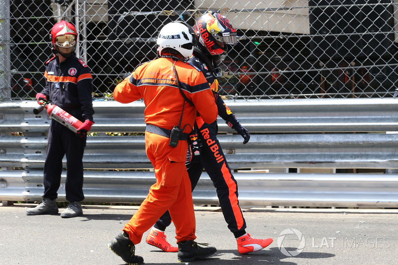 Max Verstappen, Red Bull Racing si allontana con un marshal dopo l'incidente